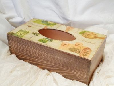 Pěkná dřevěná krabička na kapesníky s motivem tématem čaje a kávy. Na 200ks kapesníčků. Cena poštovného se musí přičíst k ceně krabičky a činí 75kč. Při zakoupení více krabiček dohoda o poštovném jistá.Za 3 krabičky stále jedno poštovné.