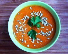Zupa krem z czerwonej soczewicy i marchewki | Składniki: 5 marchewek 1 ziemniak 100g czerwonej soczewicy 1 cebula 3 ząbki czosnku sok z połowy pomarańczy 1 łyżka octu balsamicznego 1 łyżka czerwonej pasty curry (własnej roboty jak w tym przepisie lub gotowa) 1 łyżka oliwy pieprz sól Do posypania: pestki słonecznika/dyni/migdały