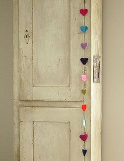 #DIY Heart garland - made by woodwoolstool.com - #101woonideeen.nl - Dutch interior and crafts magazine