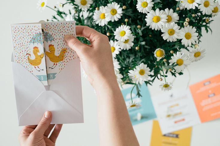 Svadobné tlačoviny ideálne k jarnému počasiu, keď raz prší a raz svieti slnko. Podčiarknite tak romantickú atmosféru. Set je vytlačený na tvrdom 300g recyklovanom papieri. Veľkou vychytávkou je jeho otváracia časť. Nakuknite dovnútra.