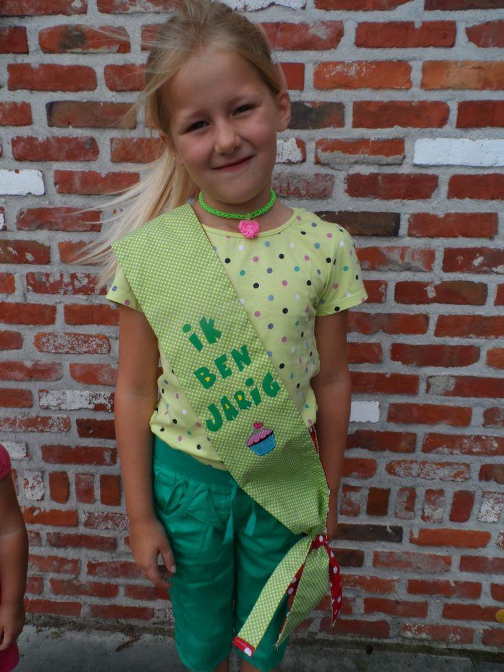 In plaats van een kroontje kunnen de leerlingen van de klas op hun verjaardag rondlopen met een echt verjaardagslint!