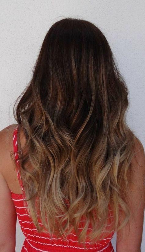 coloration cheveux longs, balayage blond clair, robe rouge à rayures blanches, cheveux chatain foncés avec reflets blond