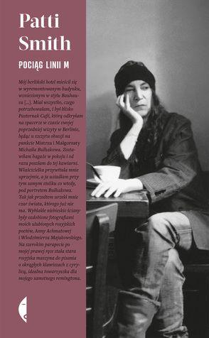Nowy Jork, Greenwich Village, pierwsza stacja pociągu linii M. Przy stoliku w kawiarni siedzi kobieta. Zawsze zamawia czarną kawę i razowe grzanki z oliwą. To Patti Smith, piosenkarka, poetka, jedna z najważniejszych artystek w historii rocka.  Nałogowo opisuje świat wokół: notuje wrażenia z podróży, wspomina bliskich, przytacza anegdoty iwprowadza w świat ulubionych książek. Znana z żywiołowych koncertów,fascynuje pasją życia, otwartością i wrażliwością, nieobce są jej też mela...