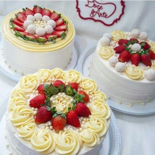 Lindos bolos de brigadeiro branco e morangos