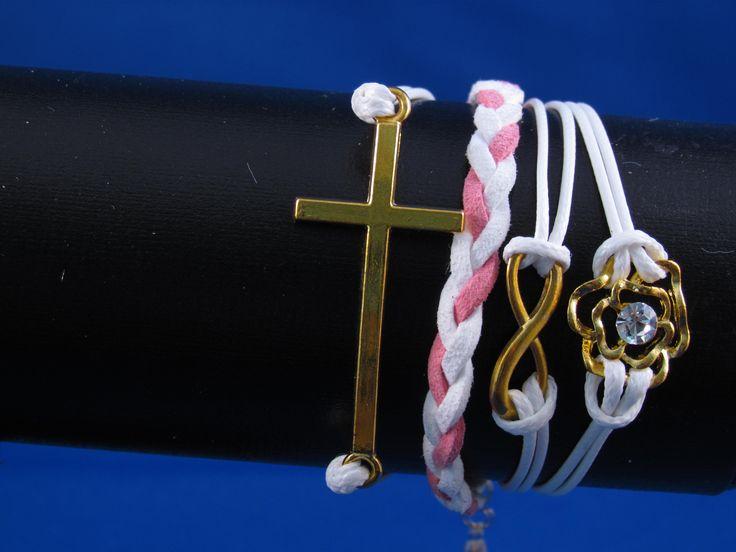 Armband roze-wit met verschillende bedels Artikelnummer: 0681 Prijs: € 4,95