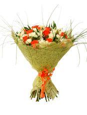 СОНАТА Классическая красота строгой белой розы в этом букете выглядит немного беззаботной, ведь она отражена в нежных бутонах кустовой розы, а её спутницей стала яркая одноголовая роза коралового цвета, добавляя бесшабашности и радостных ноток этой цветочной композиции.