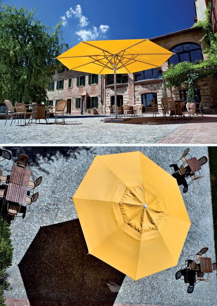 Ombrellone a palo centrale Maxi di FIM. #madeinitaly #arredo #giardino #garden #furniture #umbrella #parasol