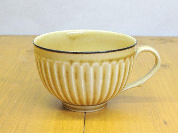 鎬(しのぎ)という縦に手彫の装飾を施したスープカップです。彫った部分に釉薬が溜まり濃淡が自然とでる仕上げになっており、一点ずつ微妙に色合いが違います。取っ手は... ハンドメイド、手作り、手仕事品の通販・販売・購入ならCreema。