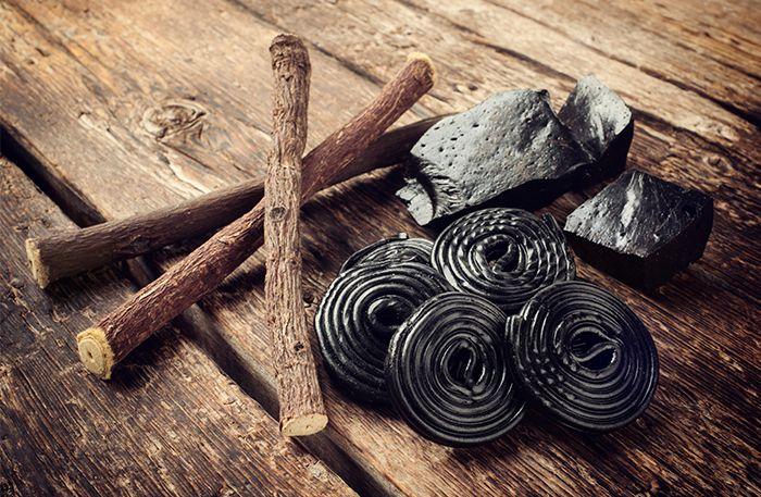 I dag är det den internationella lakritsdagen!Festa loss med lakrits i alla former – vad sägs om att frossa i saltisar, dricka te gjort på lakritsrot, eller göra egen nyttig lakritsfudge?