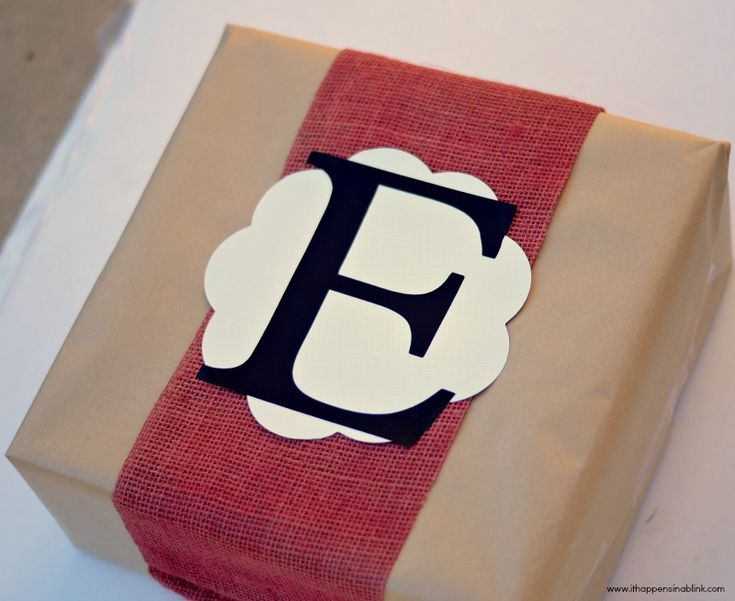 Learn how to spray paint burlap and see how to use the Plantin Schoolbook and Accent Essentials @Cricut®® cartridges to dress up a gift! #Cricut #painting #burlap