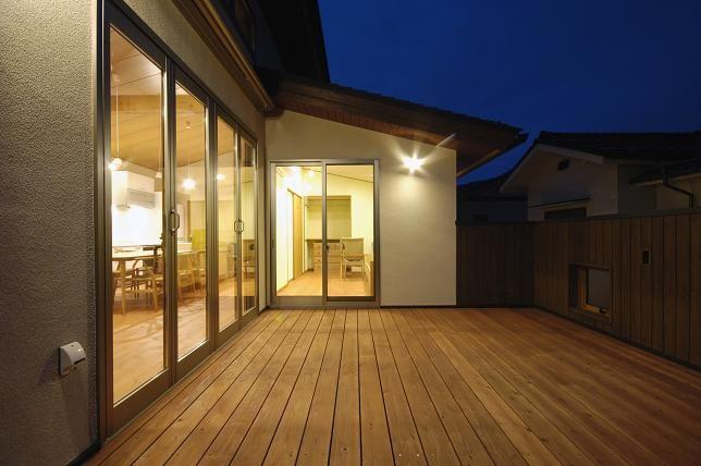 ~外部空間を取り入れた間取り~ リビングルームからつながるウッドデッキやテラス。 内部空間とつなげることで、視覚効果が生まれ、 ウッ...