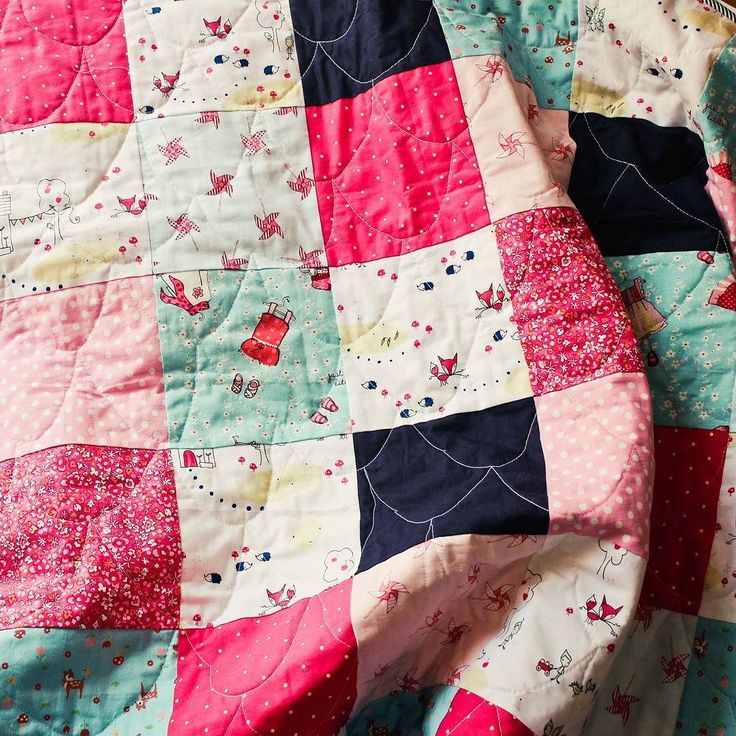 This is a crib sized baby quilt (42 x 49 inches) made with high quality cotton fabrics. Only the best materials for your most precious little people! If Interested in buying the quilt DM me for info.  #handmadequilt #quilts #babyquilt #quiltsofinstagram #zarkadiasquarequilts#sarahjanefabric#madeingreece #quiltersofinstagram #creativehappylife #mybeautifulmess #квилтинг #ручнаяработа #рукоделие #лоскутки #our_everyday_moments#babyquilt #makersgonnamake #michaelmillerfabric #etsysmallbusiness…