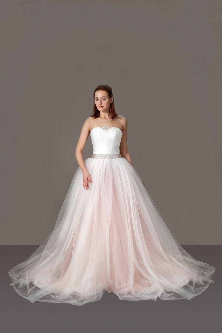 Свадебное платье принцессы, с пышной фатиновой юбкой. Цвет пудра, нежно-розовый.