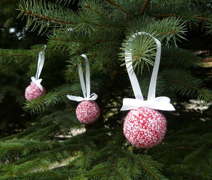 Háčkovaná koule I. Vánoční ozdoba háčkovaná z pletací příze barvy červené a bílé s bílou stužkou, plněná dutým vláknem. Stužka není připeněná napevno, můžete ji zaměnit za jinou. Bílá příze je recyklovaná. Průměr koule je cca 6cm.