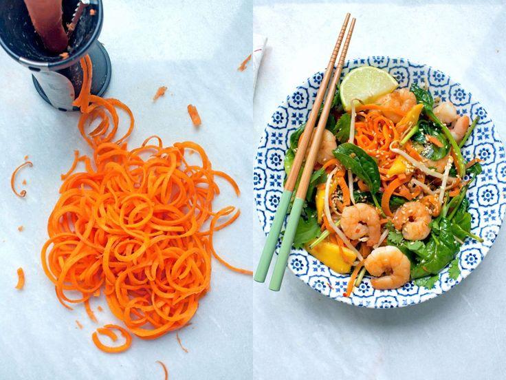 Een soort Pad Thai maar dan anders, dit zonnige gerecht met wortelnoedels, spinazie, garnalen en mango. Een makkelijk en snel recept om van te genieten!
