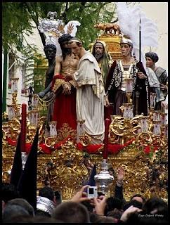 San Benito saliendo en Luis Montoto. Nuestro Padre Jesus en su Presentación al Pueblo. En el misterio aparecen, además, una criada, un sanedrita, dos soldados romanos y un esclavo etíope. Paso de estilo neobarroco-rocalla, dorado y decorado con cartelas y ángeles. El Señor es obra de Antonio Castillo Lastrucci, así como el resto del misterio en 1928.