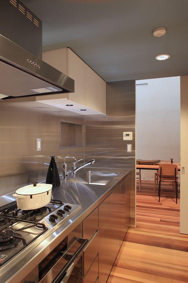 クローズドキッチン。正面の小窓を開けるとリビングスペースとつながる。