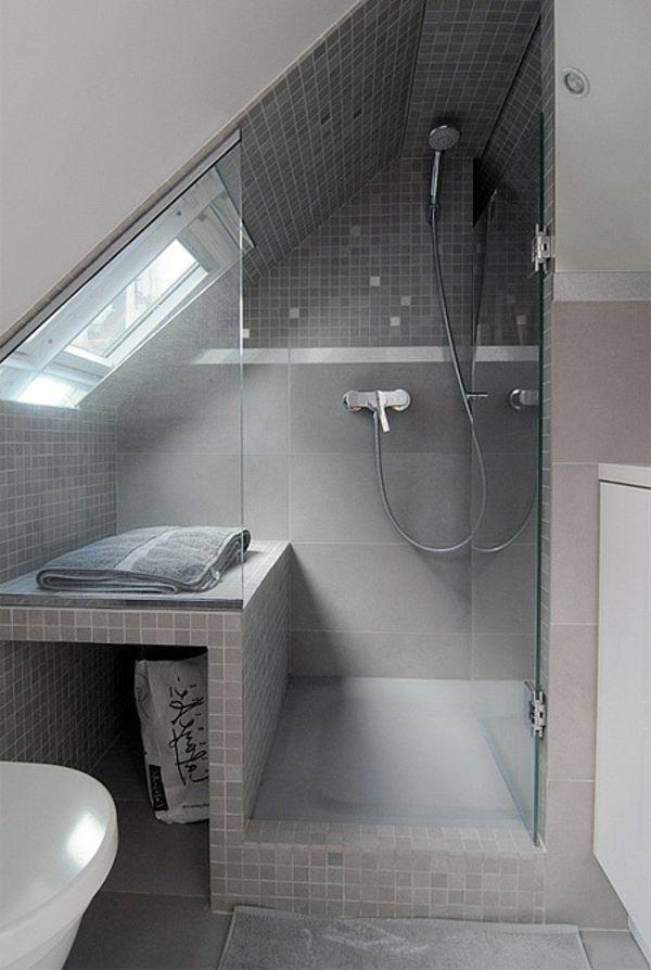 Duschkabine mit grauen Fliesen und Glastür
