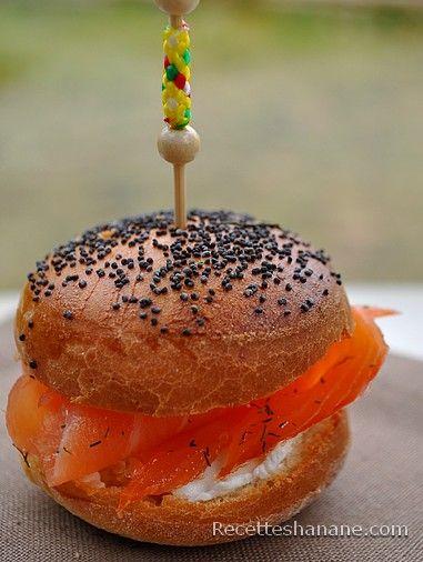 """Un pain très moelleux, brioché, qu'on peut utiliser pour des hamburgers, ou des mini-burgers... Nous sommes à quelques jours des fêtes, donc pourquoi pas servir ces """"mignardises"""" en apéro (ou buffet) garnis de saumon fumé, foie gras, poulet ou autre Pour..."""