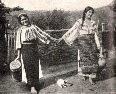 Ukrainian peasants from Bukovyna (Chernivtsi region of western Ukraine). Old antique / prewar postcard / photo, early 20th cen.