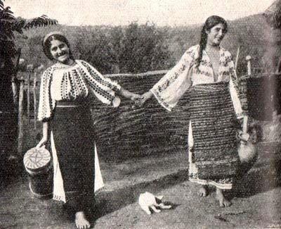 Ukrainian peasants from Bukovyna (Chernivtsi region of western Ukraine). Old antique / prewar postcard / photo, early 20th cen.