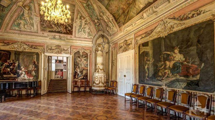 A sárvári vár dísztermének oldalfalain látható képeket 1769-ben Dorffmeister István készítette. A vár akkori tulajdonosa, a Somogy megyéből származó Szily Ádám az Ótestamentumból, a zsidó nép történetéből vett jelenetek ábrázolását kérte a festőtől. A képek érdekessége, hogy a mester árnyékot is festett a kereteknek, így az a benyomásunk, mintha a képeket leemelhetnénk a falról.