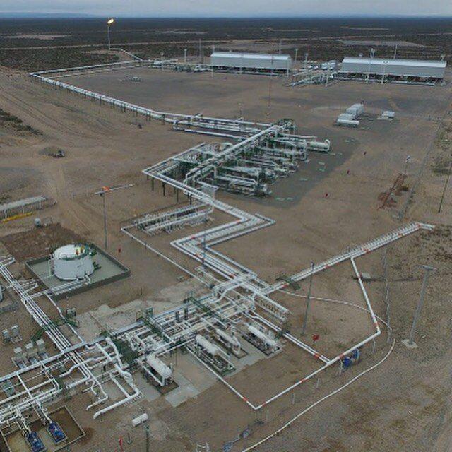 Estas son solamente algunas de las instalaciones que pusimos recientemente en marcha en Lindero Atravesado, Neuquén, para el desarrollo de Tight Gas. Una batería nueva y dos plantas compresoras.