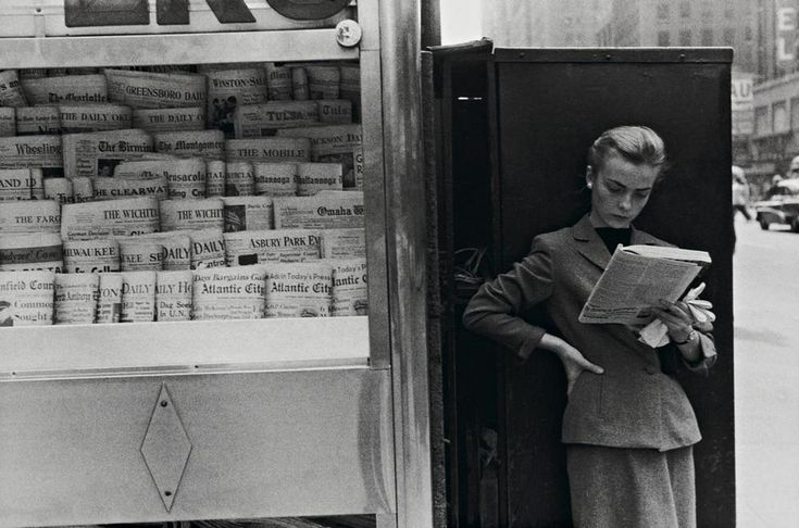 Louis Stettner. Elbowing Out of Town. Newsstand. 1954 [::SemAp FB    SemAp::]