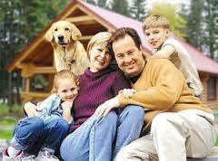 Картинки по запросу семья на фоне деревянного коттеджа