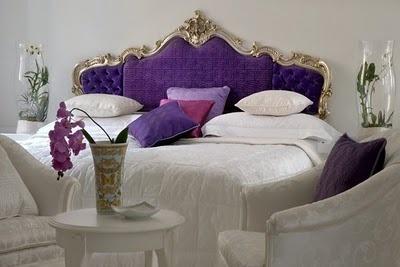 A imponência da cabeceira da cama combinando com tons fortes deixa o quarto adequado para pessoas descoladas!