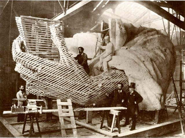 Construction of the hand and torch in a Paris studio