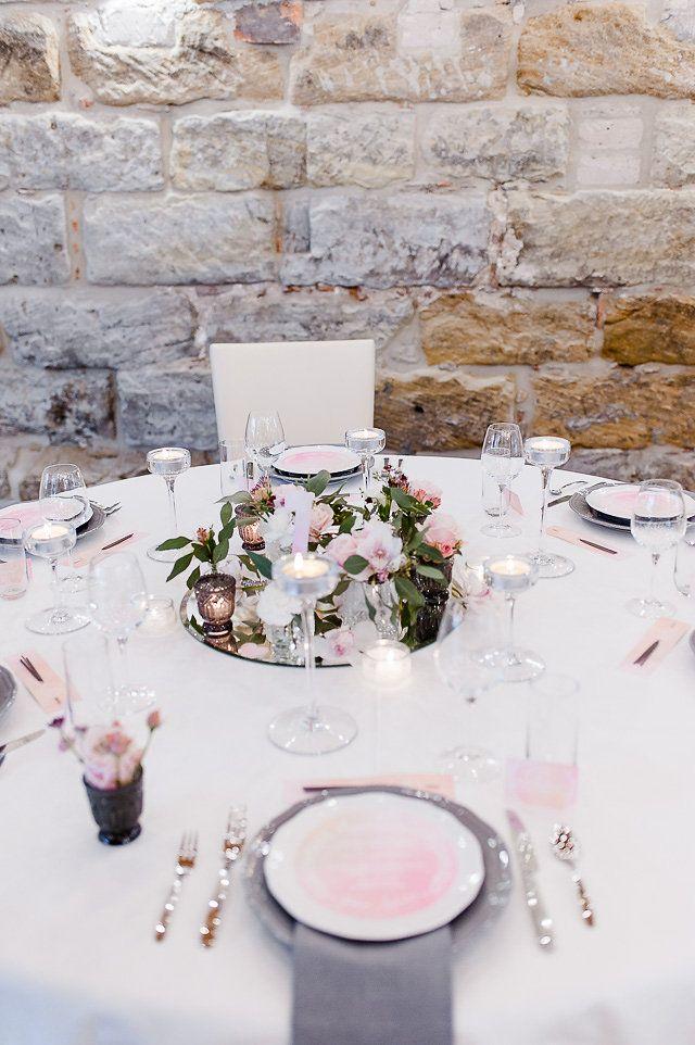 Einder der Trends für Hochzeiten sind die Farben grau und rosa: Wie wunderbar eure Hochzeitsdekoration in grau und rosa aussehen kann, zeigen