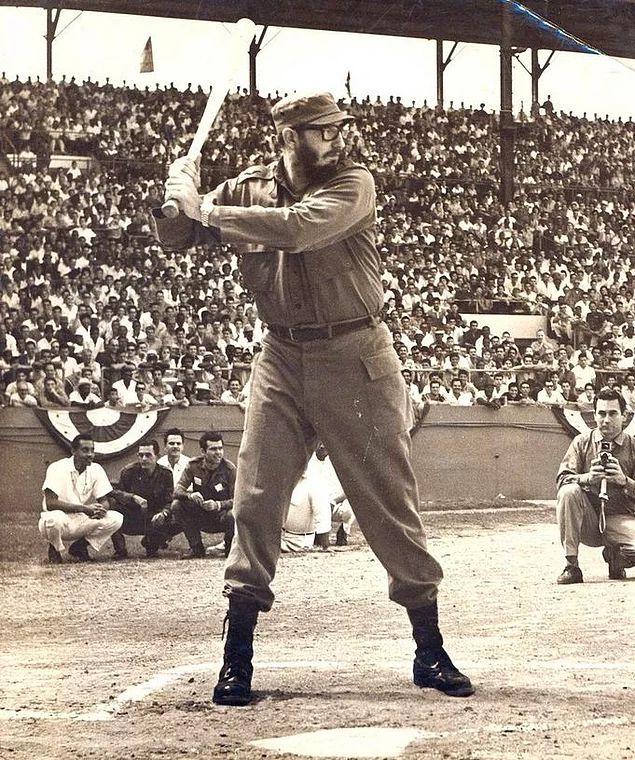 Fidel Castro Havana'da beyzbol oynarken, 1959