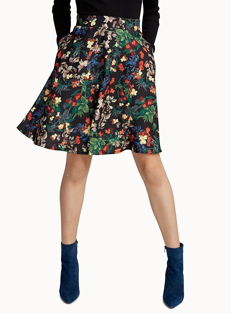 Exclusivité Icône - Motifs tendance, couleurs riches, coupe évasée flatteuse : cette jupe a tout pour devenir votre favorite de la saison - Riche crêpe stretch à envers satiné, sans doublure - Zip dissimulé à l'arrière - Poches fente dissimulées dans les coutures Le mannequin porte la taille petit