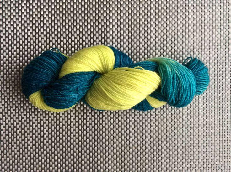 Calypso, laine à bas teinte à la main, couleurs jaune et canard, grosseur fingering,BFL (Blue Faced Leicester) et nylon, 115g/365m de la boutique EmmaHDesign sur Etsy