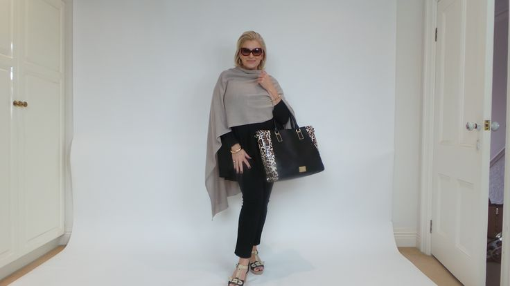 Travelling style in basic black, with a touch of beige cashmere .. of course! A great tote bag - not too big, not too small - is the perfect carry-on. Wedges look great en route and a ballet flats are in the tote for a quick change on the plane. Voila!