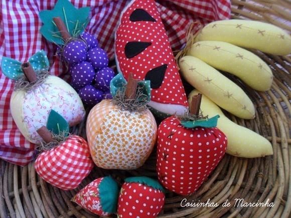Frutas em qualquer estação! :::ATENÇÃO: -PRODUTO FEITO SOB ENCOMENDA -FOTO PARA ILUSTRAÇÃO DO MODELO :::DADOS DO PRODUTO: Feita em tecido, enchimento com manta siliconada. Nela contém: 1 maçã média , 1 maçã pequena, 1 cacho de banana, 1 banana avulsa, 1 pera média, 1 laranja média, 1 cacho de uva, 1 morango médio, 1 morango pequeno, 1 melância e uma cesta :::MEDIDAS: / :::TECIDOS - DIVERSOS COMPOSIÇÃO FEITA DE ACORDO COM A COR DA FRUTA ORIGINAL ::TEMPO DE PRODUÇÃO: 10 dias úteis após con...