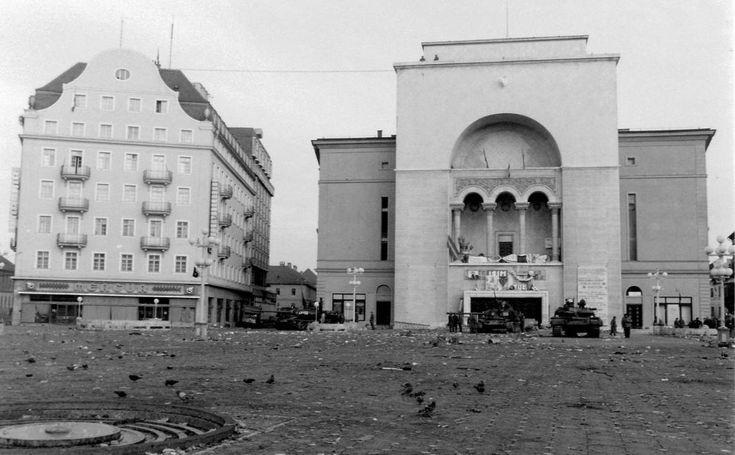 Román Nemzeti Színház és Operaház, T-55 harckocsik. Romániai forradalom.