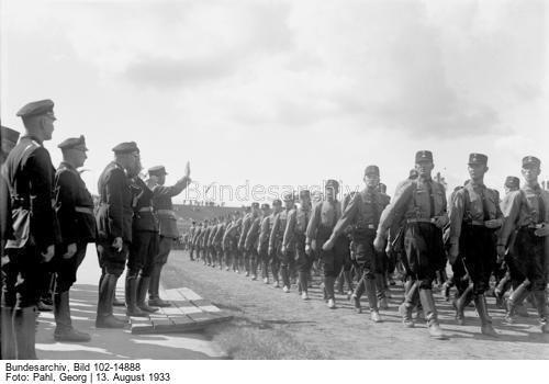 Der große SS-Schutz-Staffel-Appell am 13. August 1933 im Stadion in Berlin-Grunewald ! Der Vorbeimarsch der SS-Männer vor dem Stabschef Hauptmann Röhm im Stadion in Berlin-Grunewald.