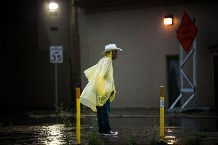 Una strada di Austin, in Texas, colpita dalle alluvioni. Il governatore Gregg Abbott ha dichiarato lo stato di emergenza in 24 contee. - (Drew Anthony Smith, Getty Images)