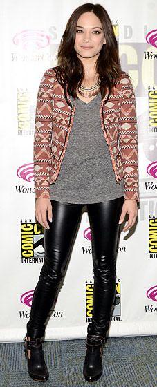 Saco estampado, leggings de piel, y camiseta de algodón. Perfect match! #Style