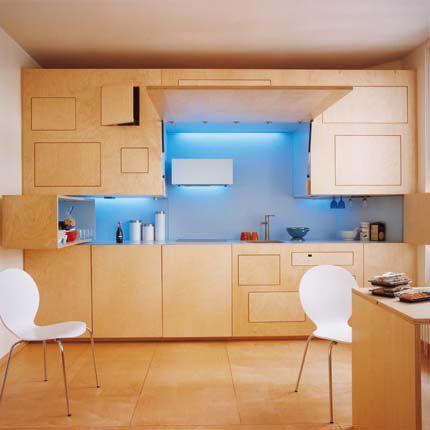 Conçue par les architectes Adélaïde Borniche et Nicola Marchi, la façade de la cuisine escamotable est en multipli de bouleau ciré et dissimule les rangements, l'évier, le coin cuisson...