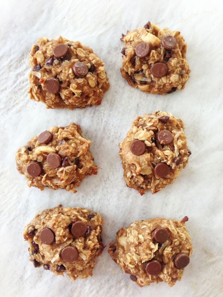 Healthy Peanut Butter Oatmeal Cookies, 75 calories each, made with REAL ingredients, including banana, peanut butter, oats, coconut, chocolate, applesauce via The Skinny Fork #cleaneating #healthysnack