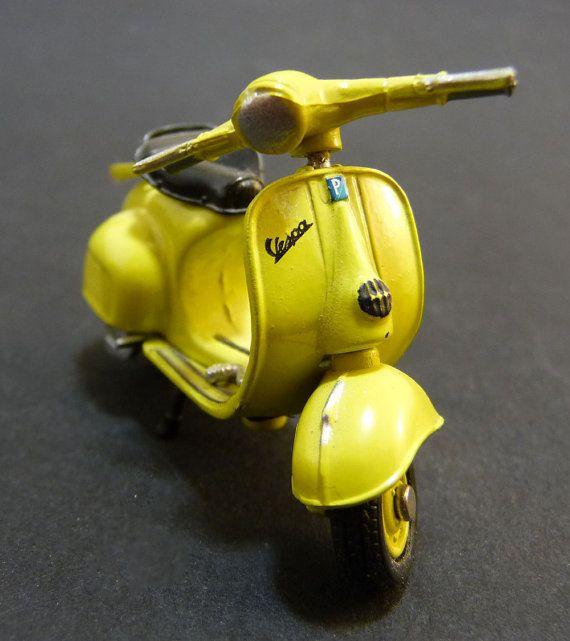 Miniature Scooter Vespa Piaggio Italienne par sofrenchvintage