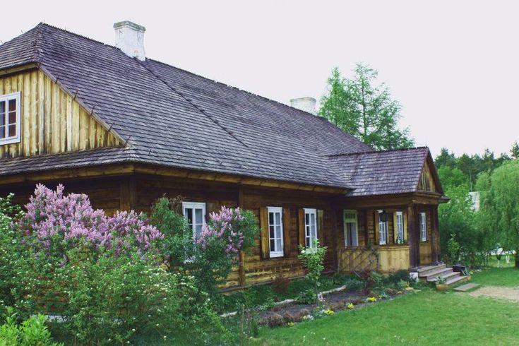 Tokarnia. Drewniany dwór z miejscowości Suchedniów z początku XIX wieku.