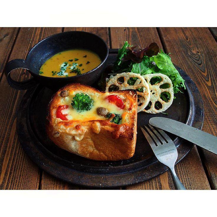 * 寒い朝、 熱々のグラタンパンで おはようございます * 今年も 大忙しの12月がやってきました ひとつひとつ しっかりこなして 楽しむ日は楽しんで 笑顔で年末を迎えたいと思います☺︎ 今月も よろしくお願いします + + #グラタンパン#朝ごはん#朝食 #おうちカフェ#おうちごはん #olympuspen#instafood#foodpics#igersjp #foodphoto#onmytable#onthetable