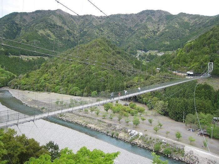 十津川を眼下に二つの山を結ぶ「谷瀬の吊り橋」。長さ297メートル・高さ54メートルもある巨大な橋です!