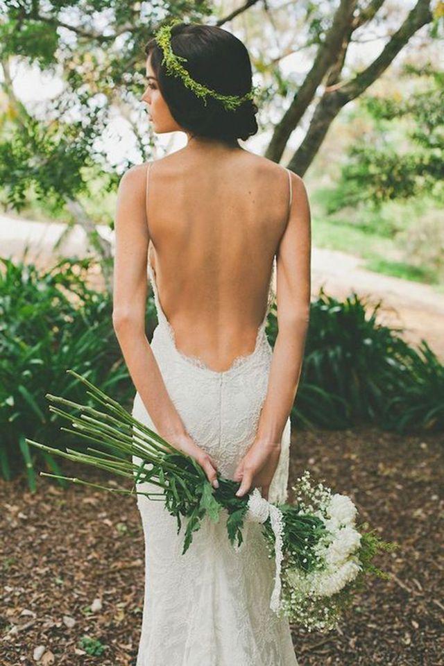 Vestido de noiva sexy e estiloso para casamento no campo.