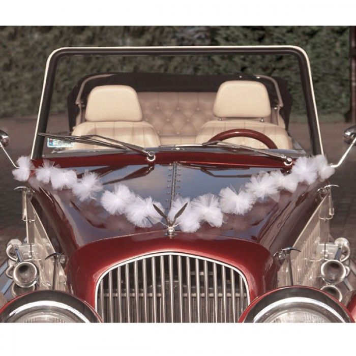 Biludsmykning af brudeparrets bil - hvide tyl pompom guirlander til bryllup