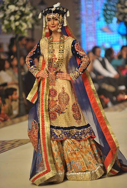 Malli esittelee designin suunnittelija Ali Xeeshan luomalla ensimmäisenä Bridal Couture Fashion Week -tapahtumassa Lahore Pakistanissa 11. joulukuuta 2014